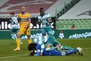 Expulsión y ataque racista a Torres en derrota de Santos Laguna