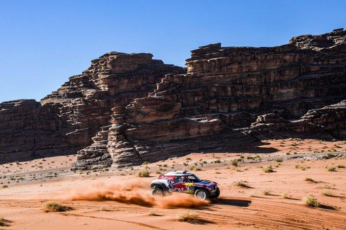 Sainz sacó, en esta etapa entre Al Ula y Hail (Arabia Saudí) casi 3 minutos de ventaja sobre Al Attiyah, vigente campeón del Dakar