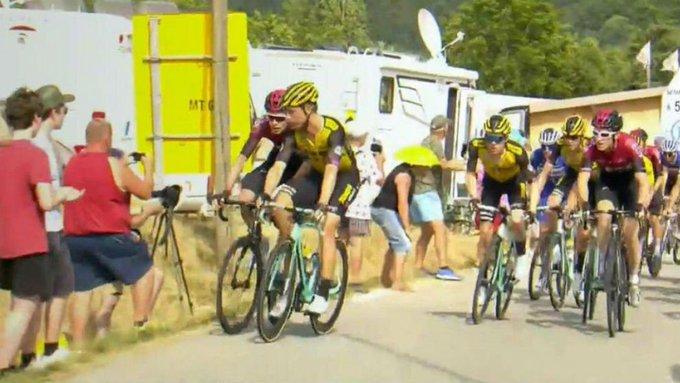 Tras analizar las imágenes, los jueces de carrera decidieron declarar culpables a ambos corredores de acuerdo con el reglamento de la UCI, al observar que hubo un enfrentamiento
