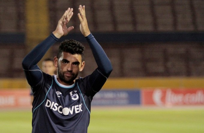 El delantero nacionalizado ecuatoriano se despide de Universidad Católica tras tres años a bordo y estaría en la mira de Luis Soler