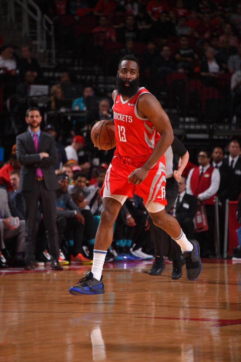 James Harden, con 28 puntos y 10 asistencias, volvió a ser el líder del ataque de los Rockets