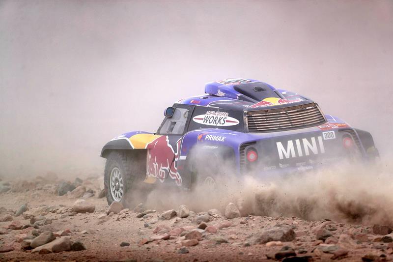 El desierto peruano complica al piloto español, sin embargo aseguró que quiere continuar el rally