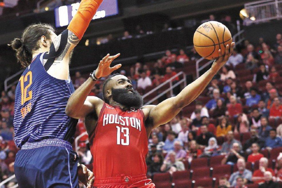 El escolta James Harden volvió a ser el líder indiscutible del ataque de los Rockets al aportar 41 puntos en el partido que ganaron por 113-109 ante los Thunder