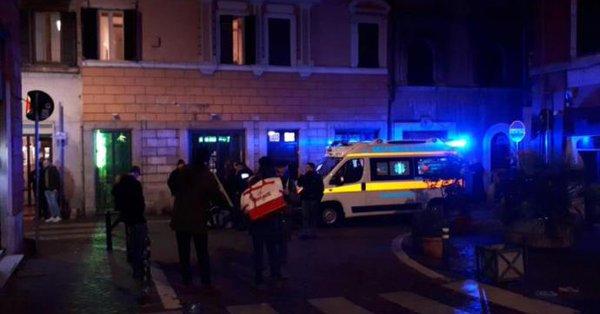 Según las primeras reconstrucciones, hinchas con el rostro cubierto atacaron a unos aficionados sevillistas presentes en el centro de Roma