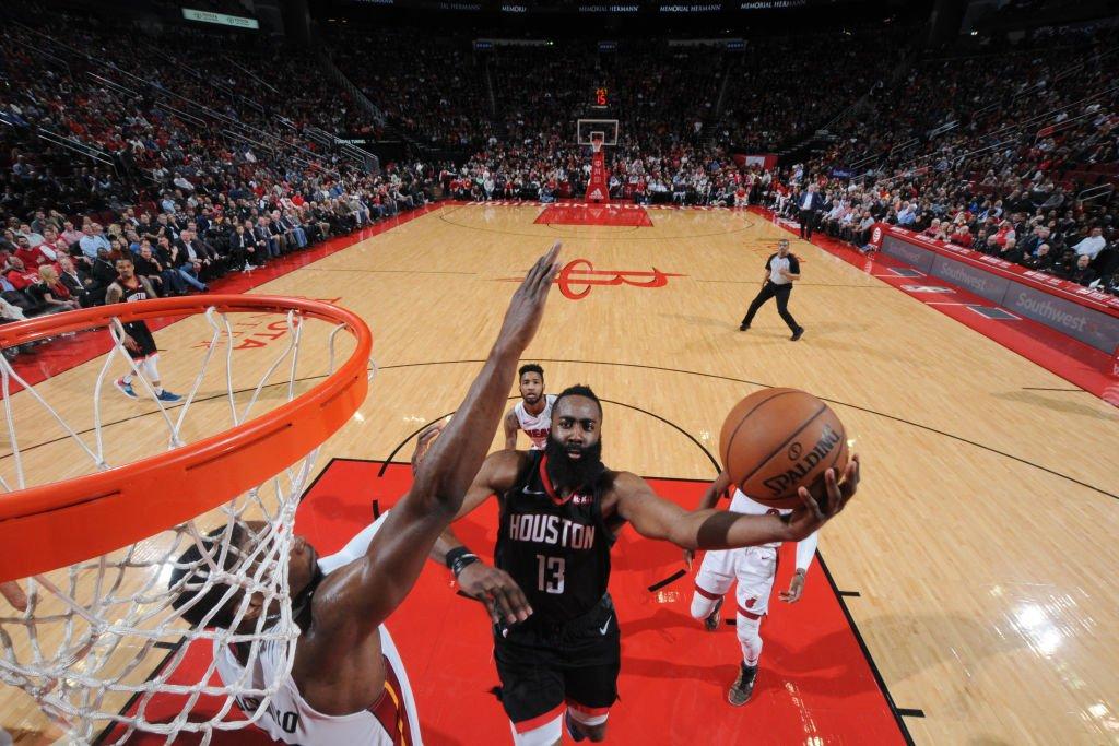 La figura de Harden volvió a ser decisiva con su aportación de 58 puntos que permitieron a los Rockets completar remontada de 21 tantos y vencer por 121-118 a los Heat de Miami