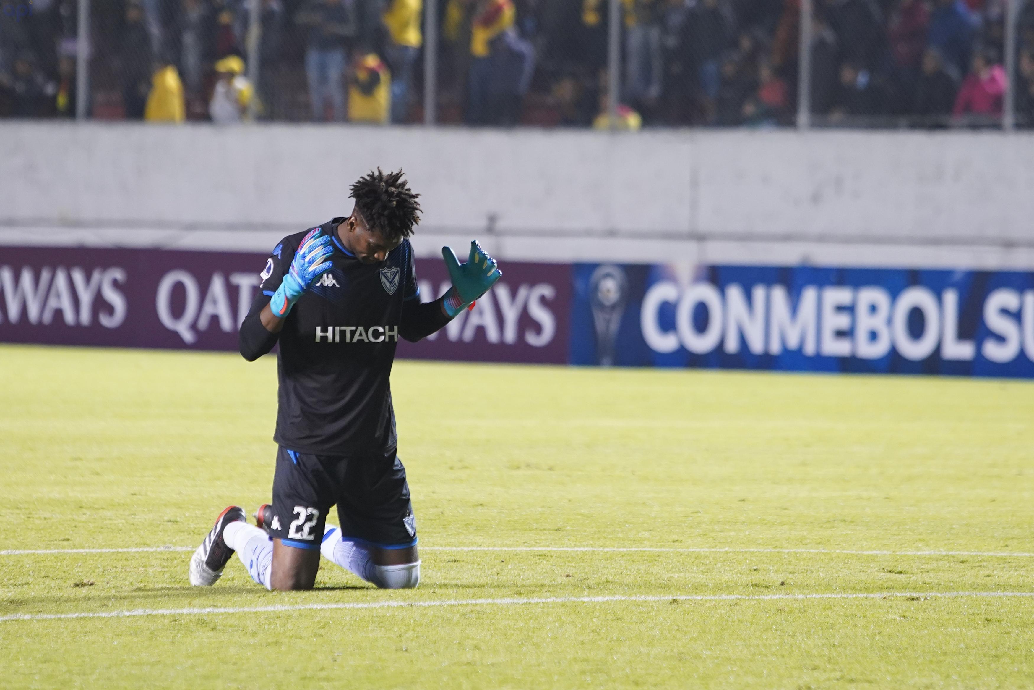 El golero ecuatoriano vio el triunfo de Vélez desde la banca de suplentes