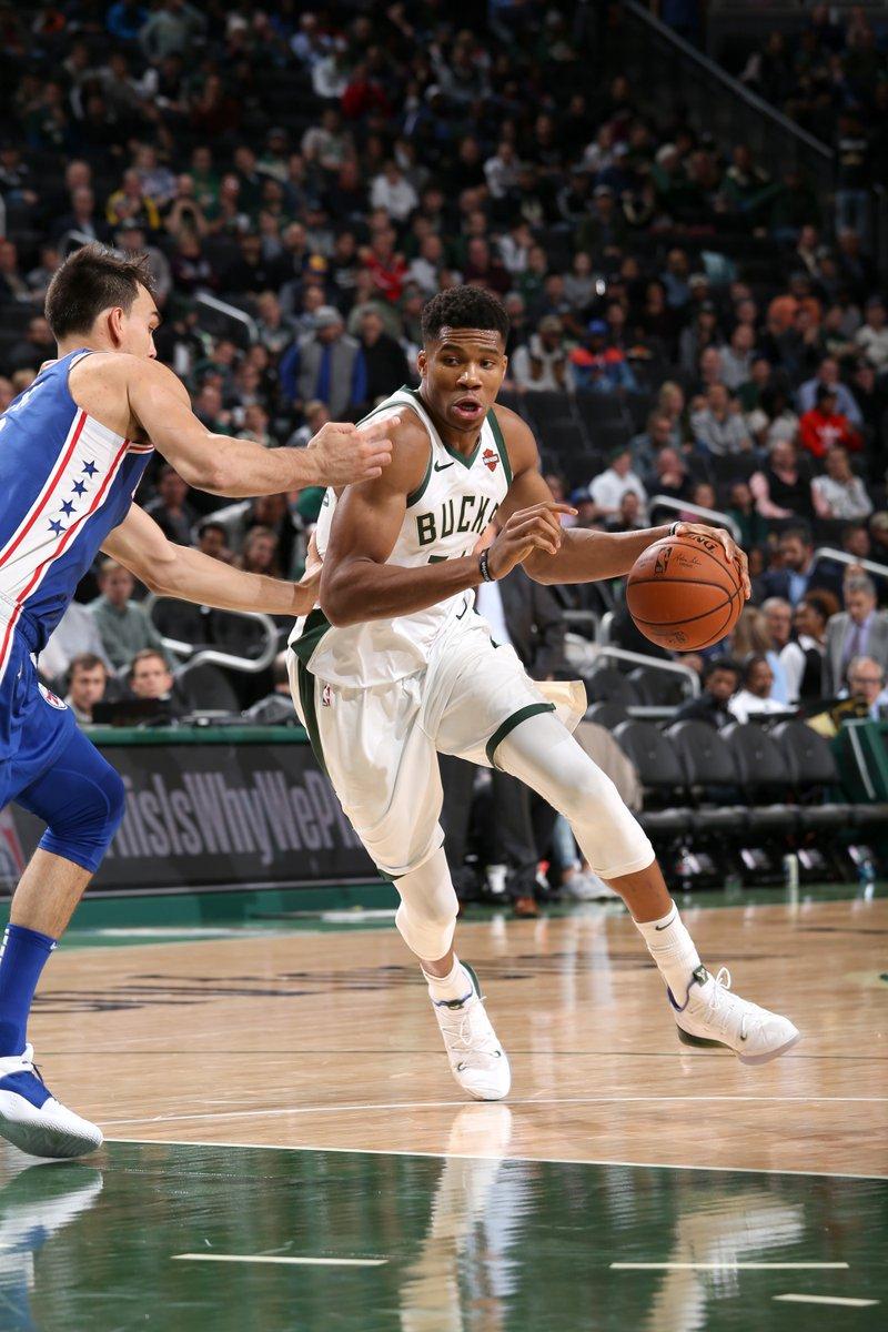 El griego brilló con un triple-doble de 32 puntos, 18 rebotes y 10 asistencias que lo dejaron al frente de los Bucks en la victoria por 123-108 que lograron ante los Sixers de Filadelfia