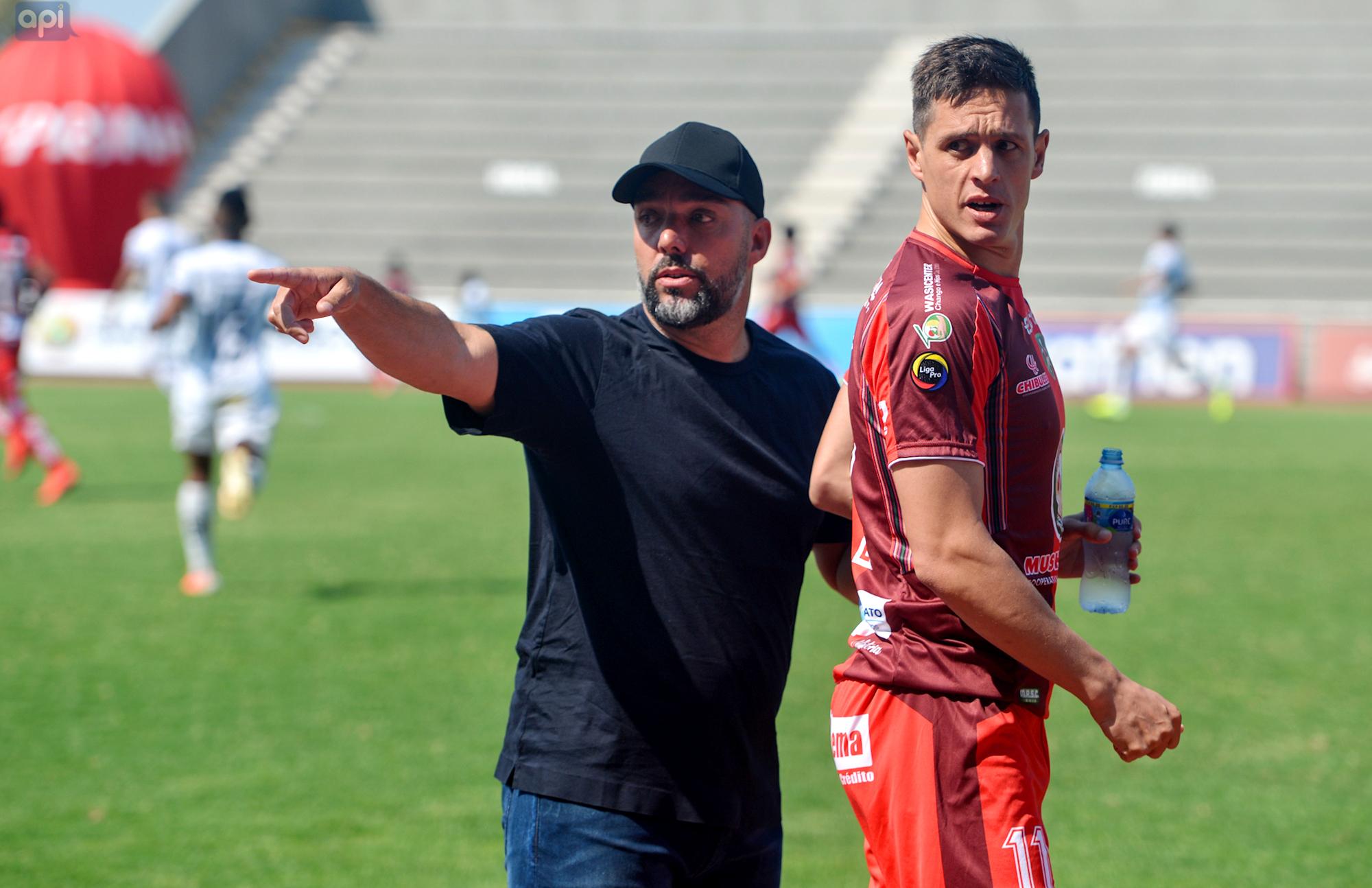 Martín Cardetti recriminó a los árbitros del duelo ante Macará y denunció actos racistas hacia Carlos Ortiz