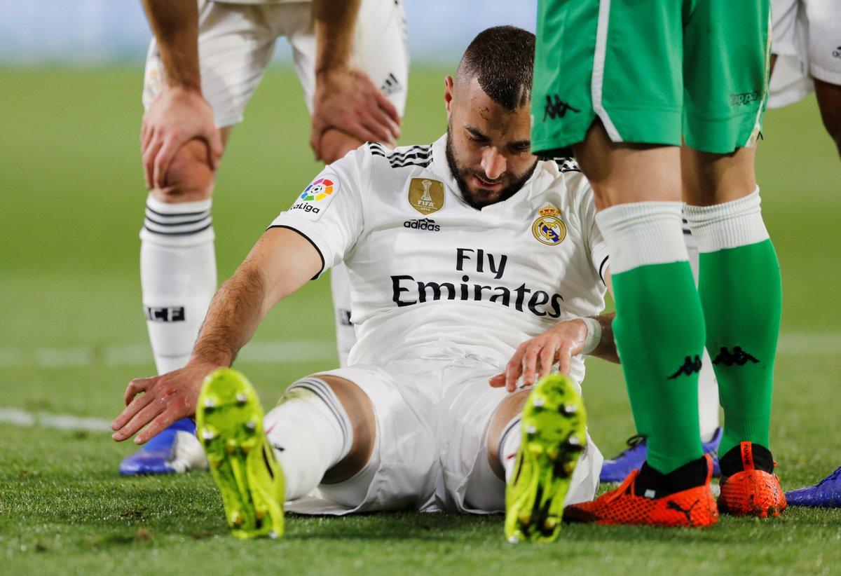 En la última acción del primer acto, Benzema cayó lesionado en una acción con Marc Bartra en la que recibió un pisotón involuntario del defensa