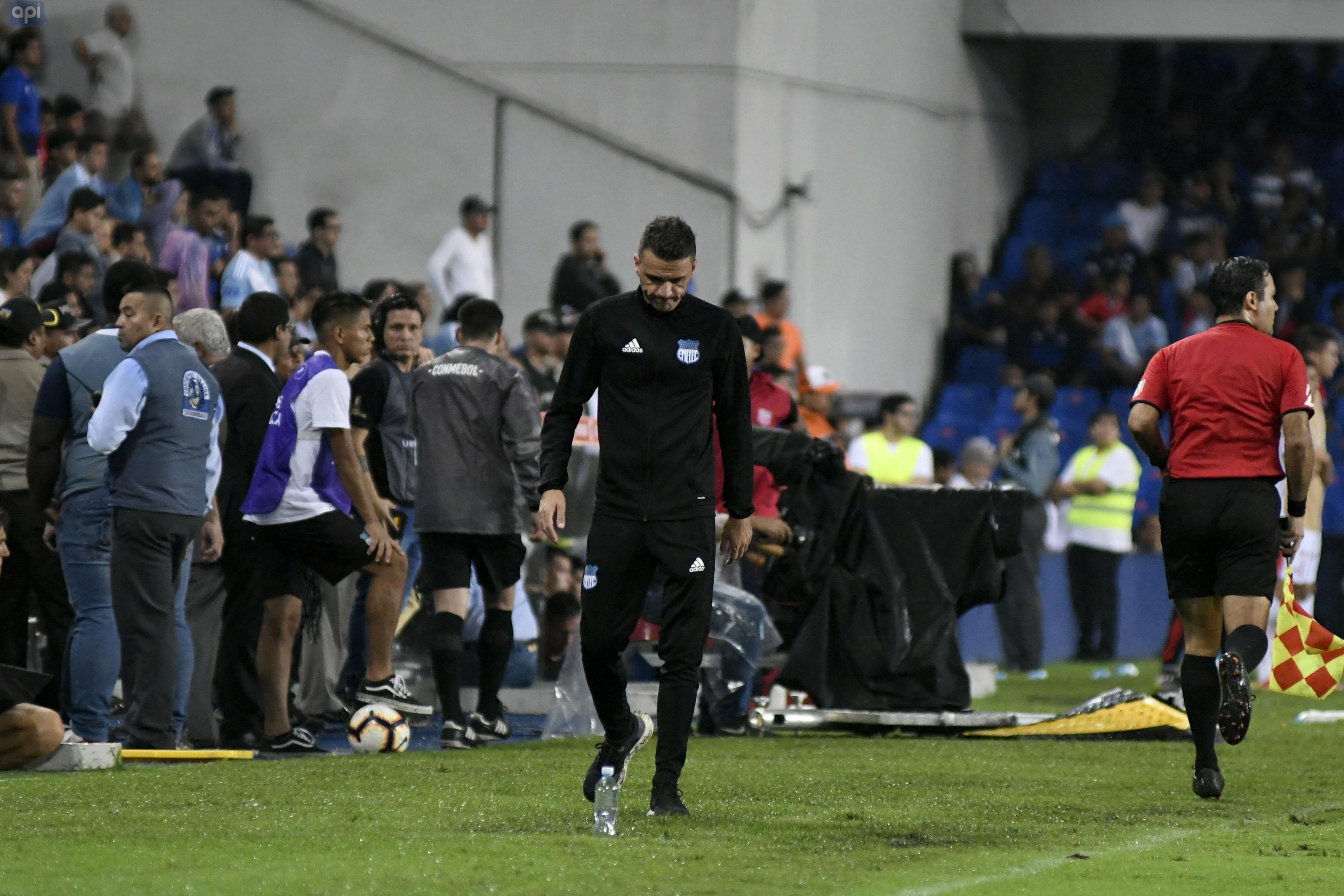 El técnico argentino anunció su salida de Emelec, luego de la caída ante Guayaquil City