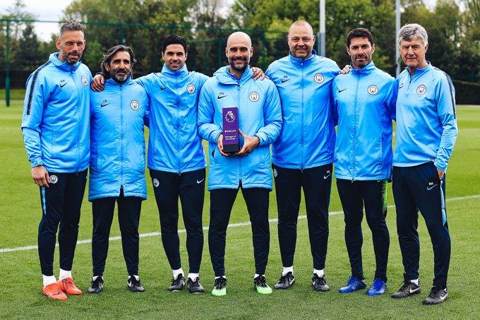 El español, que recibió este reconocimiento en febrero, está a un paso de que su equipo vuelva a convertirse campeón del torneo liguero inglés