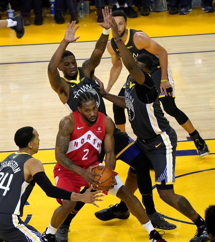 La victoria permite a los Raptors ponerse con la ventaja de 3-1 en la serie, en el quinto partido (el lunes) podrían sentenciarse campeones si consiguen otra victoria