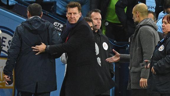 Fue Gianfranco Zola, segundo entrenador del Chelsea, el que mantuvo el tipo y conversó con el técnico español, que no entendió la actitud de Sarri