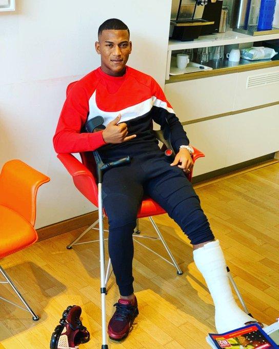 """El mediocampista del Augsburg trabaja para estar """"pronto en las canchas"""" tras una lesión"""