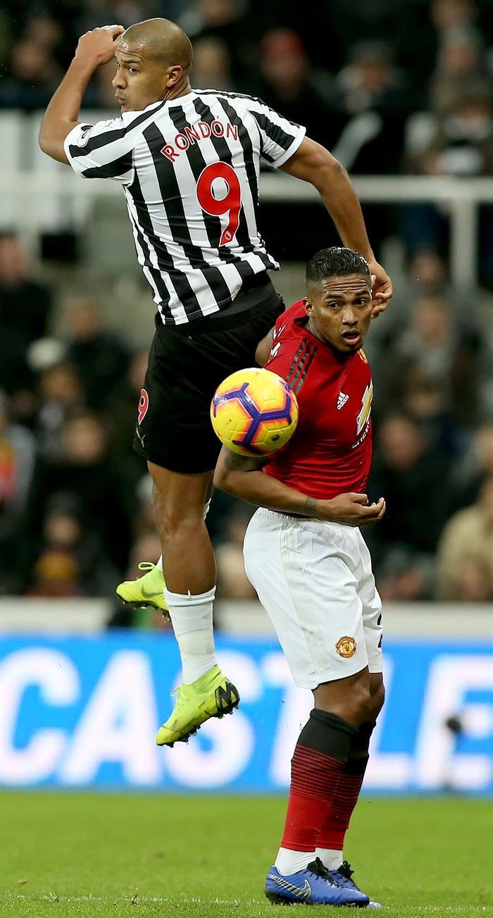 El estratega del Machester United, Ole Gunnar Solksjaer, le dio la primera oportunidad a Antonio Valencia para arrancar como titular con la banda de capitán ante el Newcastle