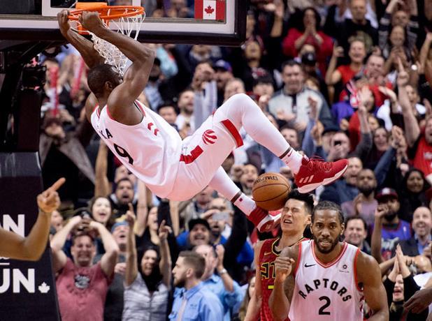 El ala-pívot Serge Ibaka anotó un triple a falta de 15 segundos para el final de la segunda prórroga y los Raptors se impusieron a domicilio por 138-140 a los Wizards