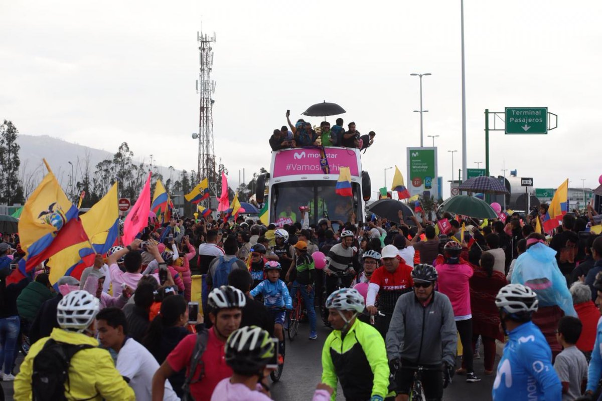 """""""Pedalea, pedalea Richie, pedalea"""", coreaba la gente al paso del autobús que trasladó al ciclista desde el aeropuerto """"Mariscal Sucre"""""""
