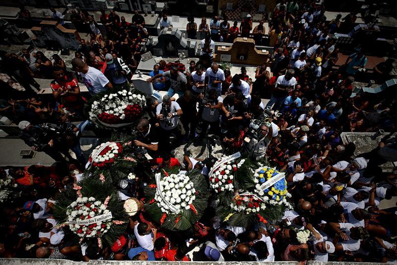 El Flamengo continuó de luto este domingo y despidió a los diez jugadores de su cantera que murieron en un incendio en su centro de entrenamiento