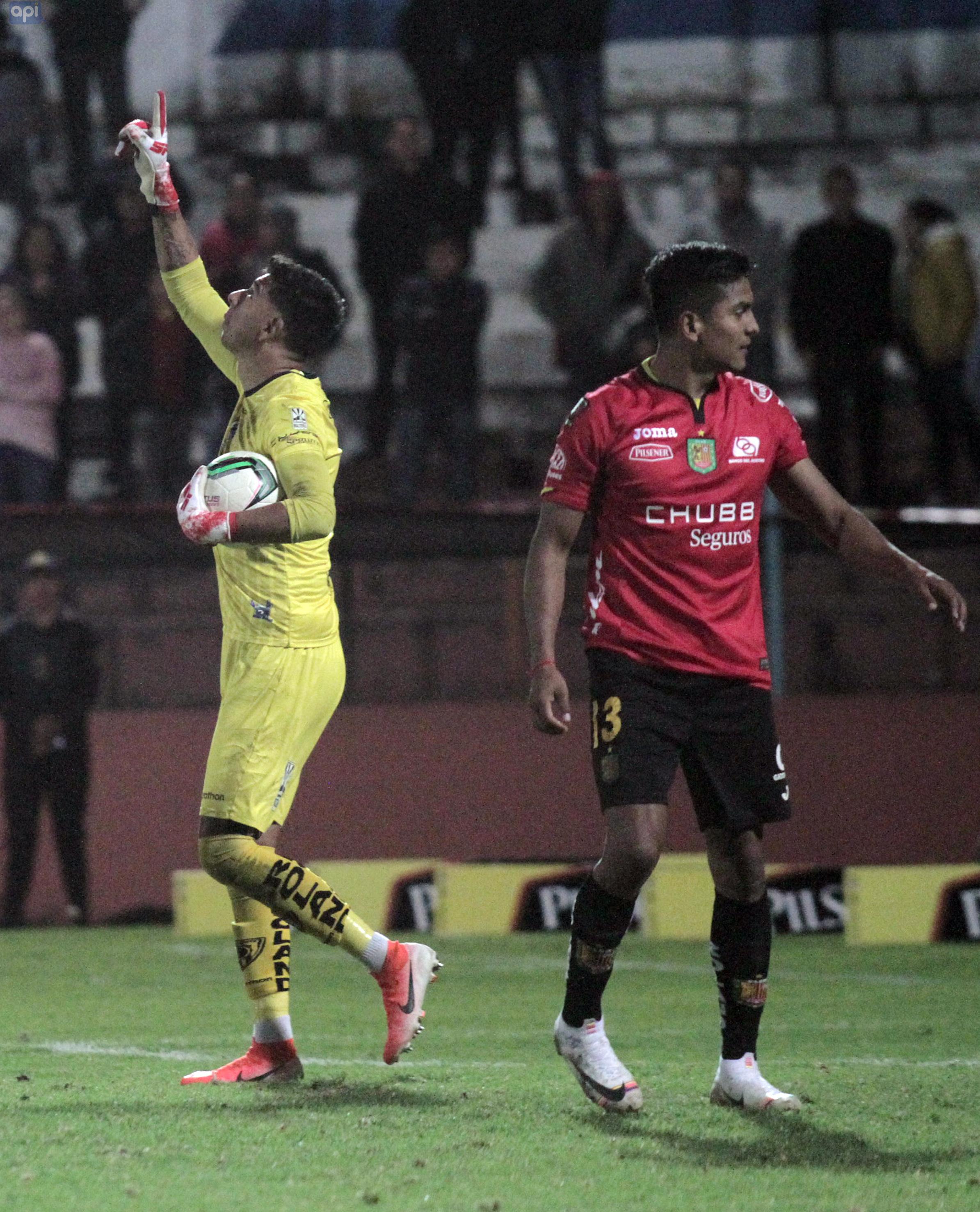 Edison Preciado volvió a la titularidad y con gol en Deportivo Cuenca, el jugador celebra la levantada del club