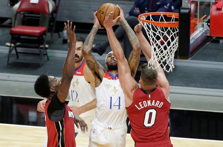Además, los Lakers vencieron sin problemas a los Mavericks en el juego central