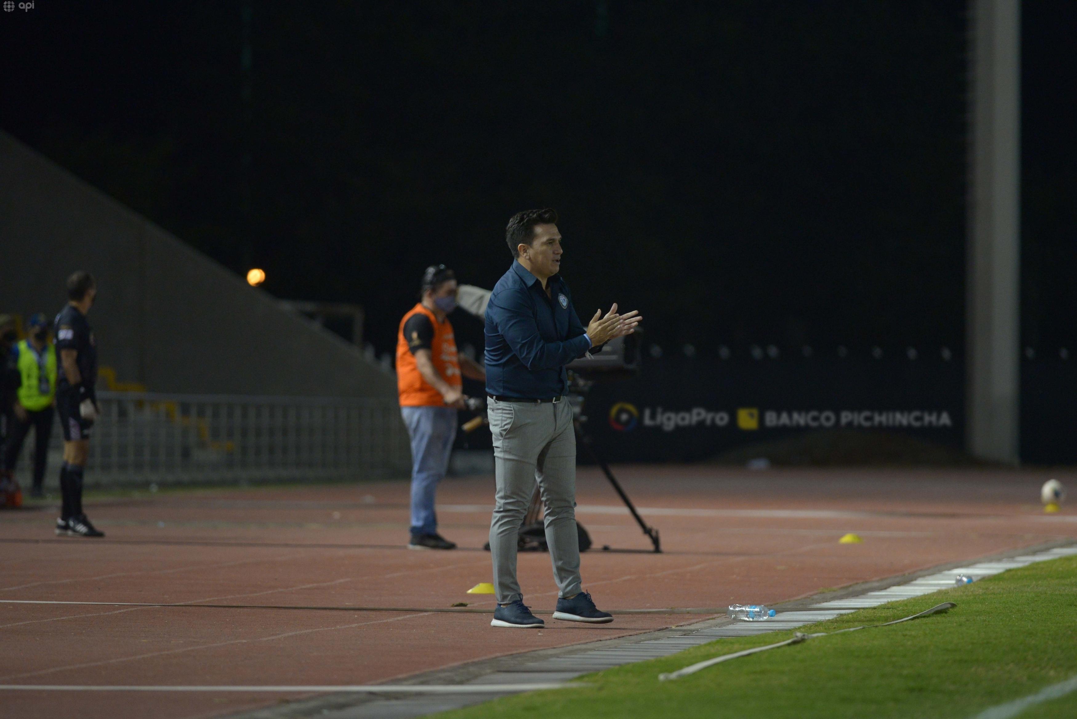 """""""Se presta para suspicacias que los árbitros estén cerca del monitor"""", dijo el DT de Guayaquil City"""