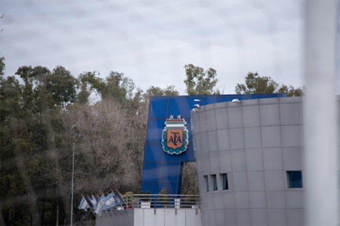 """""""La AFA ratifica, en nombre de todo el fútbol de nuestro país, su total compromiso ante la emergencia sanitaria que atraviesa el mundo"""", señaló en un comunicado"""