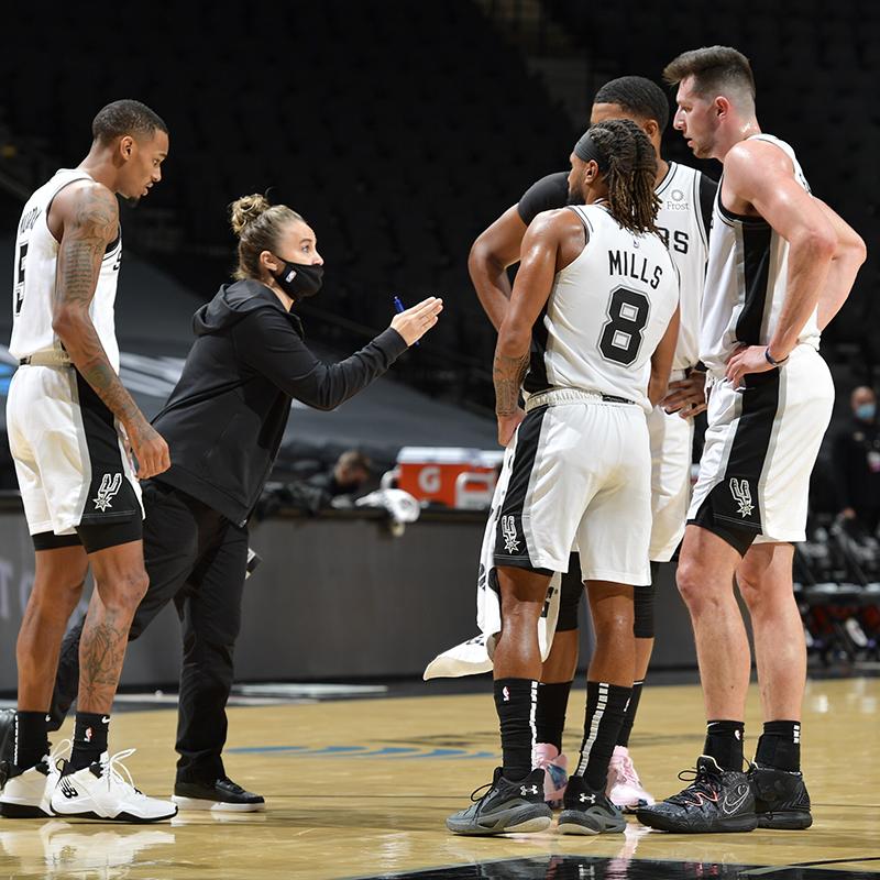 La entrenadora debió tomar el mando de los Spurs tras la suspensión del coach principal