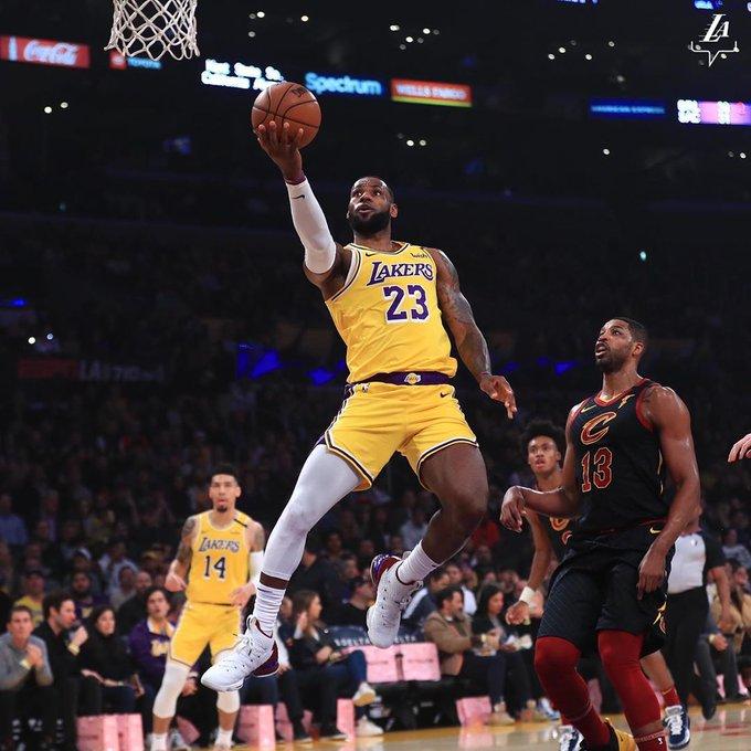 James siguió imparable, con 31 puntos, incluidos 23 en una segunda parte dominante, guió a los Lakers al triunfo por 128-99 ante su exequipo de los Cavaliers de Cleveland
