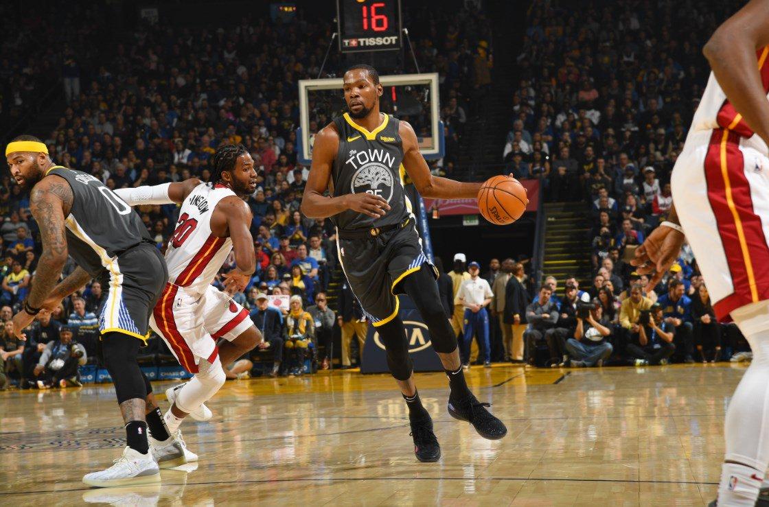 El alero Kevin Durant consiguió 39 puntos que lo dejaron como líder encestador de los Warriors que vivieron hasta el final el suspense antes de asegurarse la victoria por 120-118 frente a los Heat