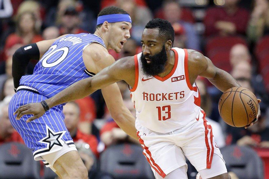 El escolta James Harden anotó 40 puntos, incluyendo cinco tantos clave casi al final del partido y los Rockets de Houston remontaron y vencieron por 103-98 a los Magic de Orlando