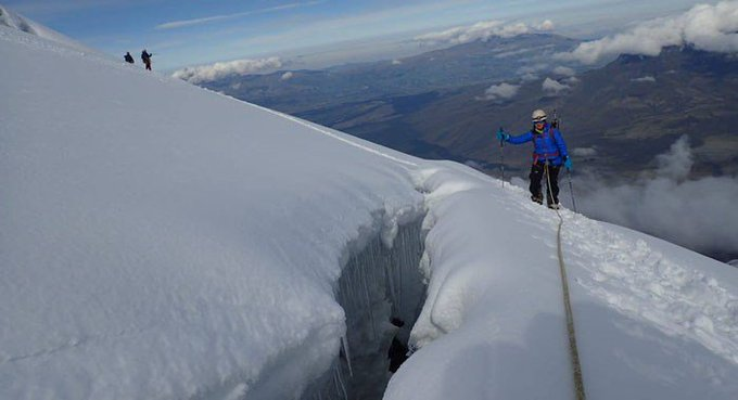 La Policía adjuntó fotografías en las que se aprecia a unos ocho miembros del grupo especial de la Policía en las tareas de rescate en las nieves del volcán