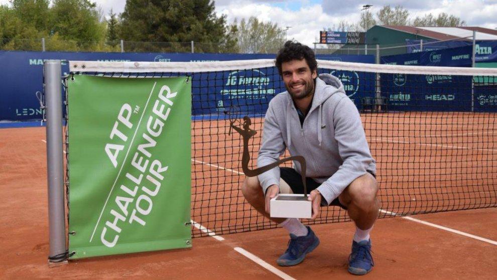 Benoit Paire venció por 6-2 y 6-3 en la final del ATP de Marrakech al español Pablo Andújar y consiguió así el salto más destacado de la jornada