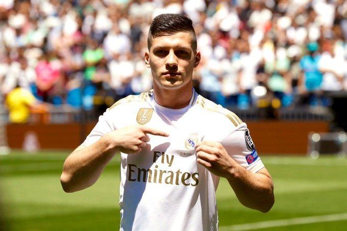 El serbio firmó su contrato con el Real Madrid por seis años y fue presentado oficialmente