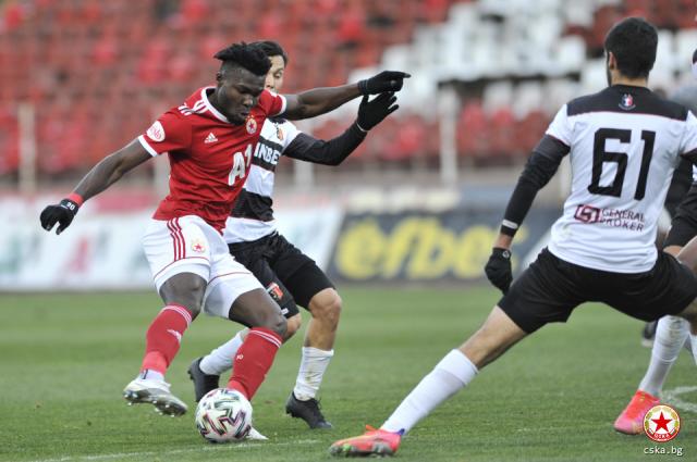 El ecuatoriano anotó tres goles para que su equipo avance en la Copa local