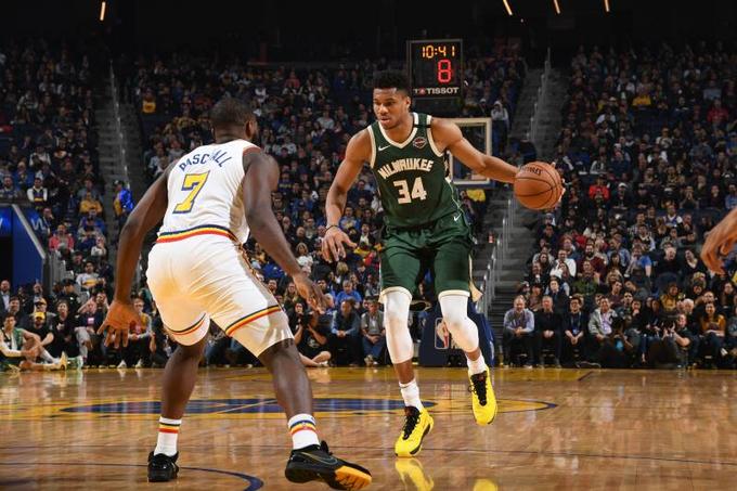 Antetokounmpo aportó un doble-doble de 30 puntos y 13 rebotes para los Bucks, que derrotaron por 98-107 a los Warriors de Golden State