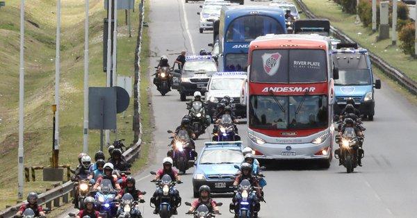 A diferencia de la despedida de Boca Juniors, con banderazo de sus aficionados, River Plate no organizó ningún acto con hinchas y equipo juntos