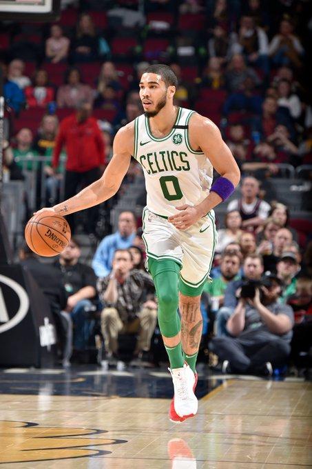 Jayson Tatum consiguió 30 puntos como líder de los Celtics que les dio el pase a la competición de la postemporada tras vencer de visitantes 111-114 a los Pacers de Indiana