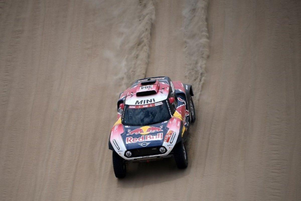 El francés, el piloto más laureado del Dakar con trece títulos, sumó así su cuadragésima segunda victoria de etapa en el Dakar