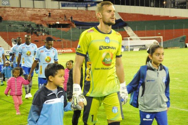 Javier Burrai, arquero de Macará, celebra la actualidad del club, de cara a un partido clave en casa