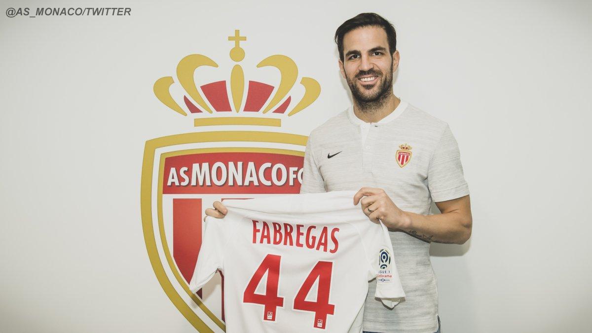 En una fotografía difundida a través de su cuenta de Twitter, el centrocampista posa delante de la camiseta con su nombre y el dorsal 44