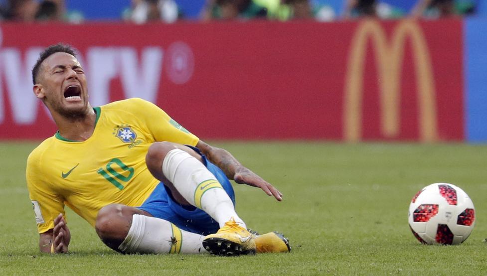 """""""Es difícil defender a Neymar por todas las cosas que él hace más allá del fútbol"""", señaló Pelé"""