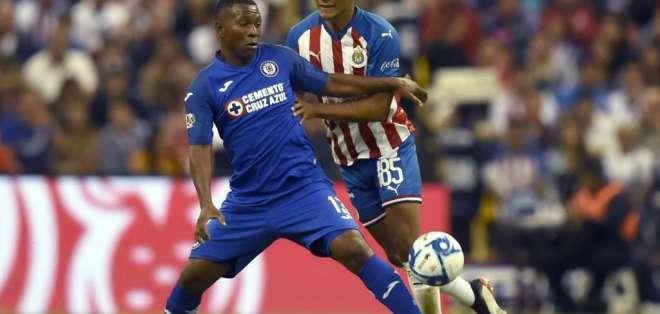 La directiva de cruz Azul barajaría negociarlo debido a su poca participación durante el Torneo Apertura
