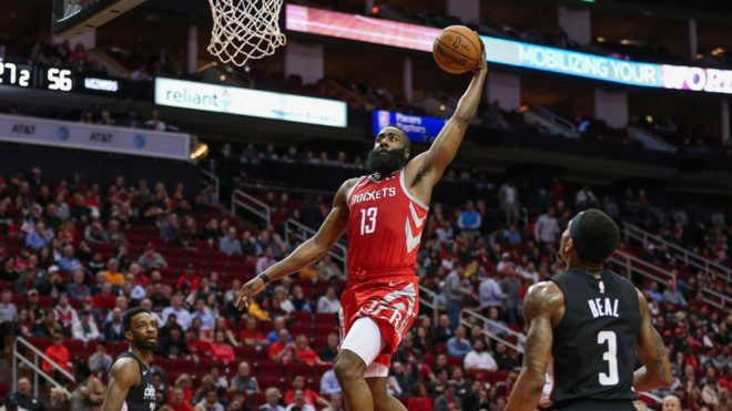 James Harden siguió arrollador e inspirado en el juego ofensivo al anotar 35 puntos que lo dejaron al frente del ataque de los Rockets que vencieron 136-118 a los Wizards