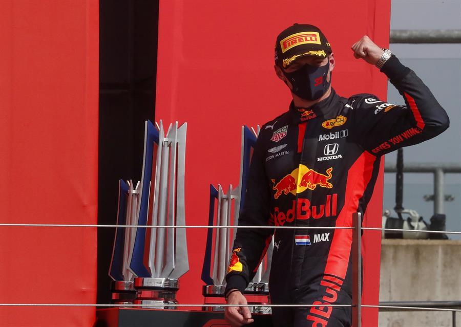 El holandés dio una clase de conducción en el circuito de Silverstone