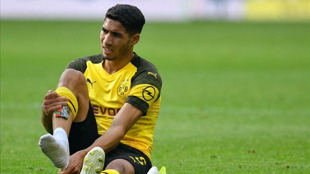 Hakimi, que será operado en Madrid, abandonó cojeando el campo tras el partido del sábado pasado en el que el Dortmund se impuso por 2-0 al Wolfsburgo